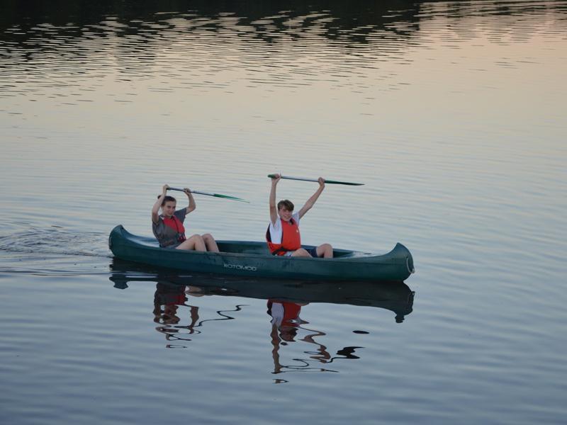 deux ados en colo faisant du canoe kayak