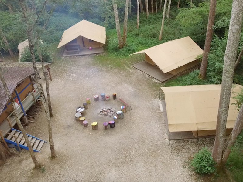 Camp de colonie de vacances vu du dessus
