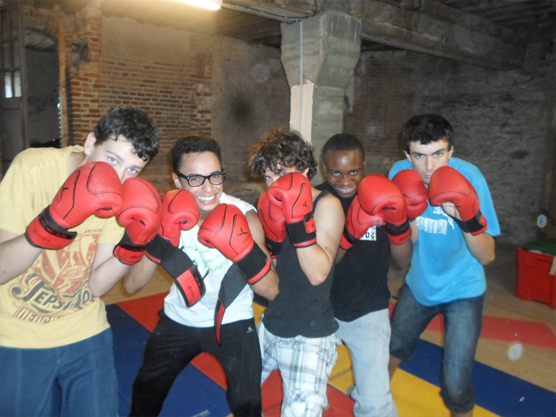 Adolescents apprenant à faire de la boxe en colo sportive cet été