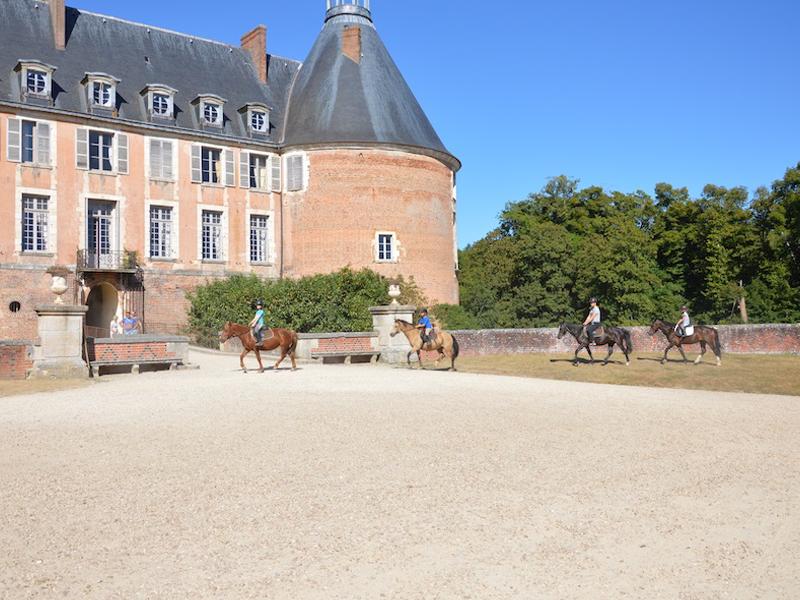 Vue sur le chateau de saint fargeau et des ados à cheval