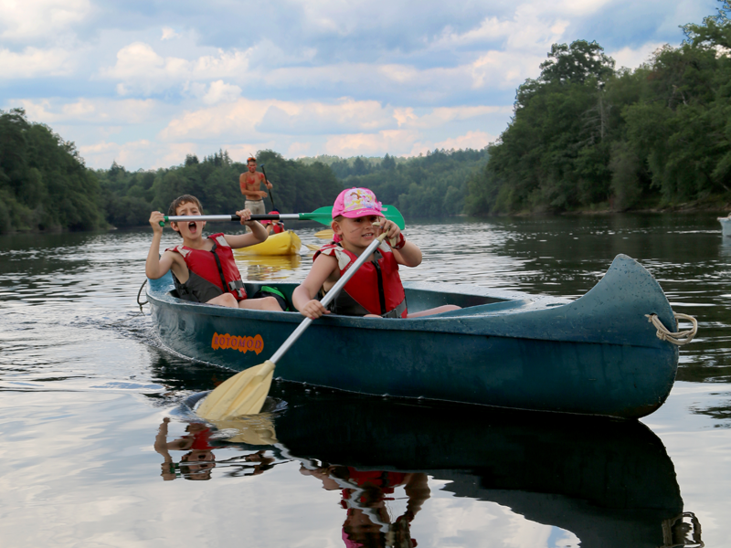 enfants faisant du canoe en colo au far west