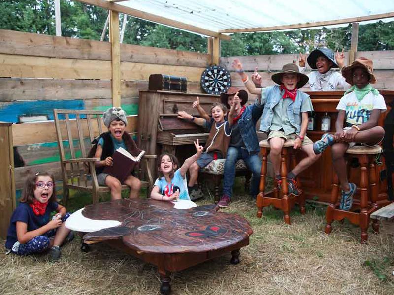 Groupe d'enfants en colonie de vacances au far west cet été