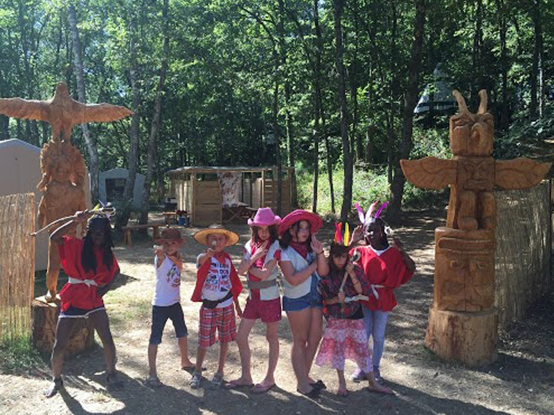 Groupe d'enfants en colonie de vacances far west