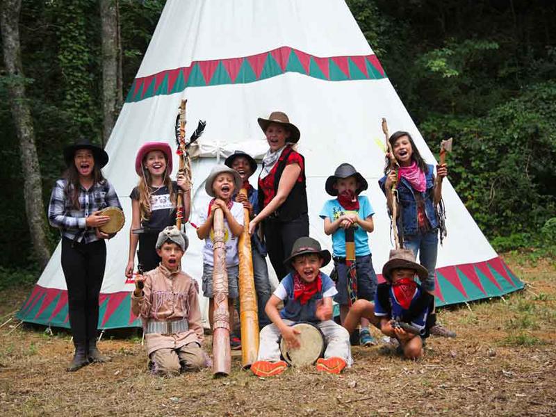 groupe d'enfants déguisés en cow boy et indiens devant un tipi cet été