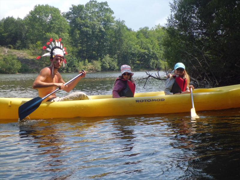Enfants en canoe kayak en colonie de vacances cet été