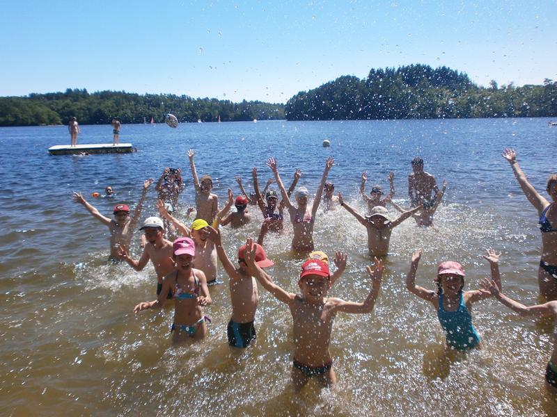 Groupe d'enfants se baignant en colonie de vacances far west cet été