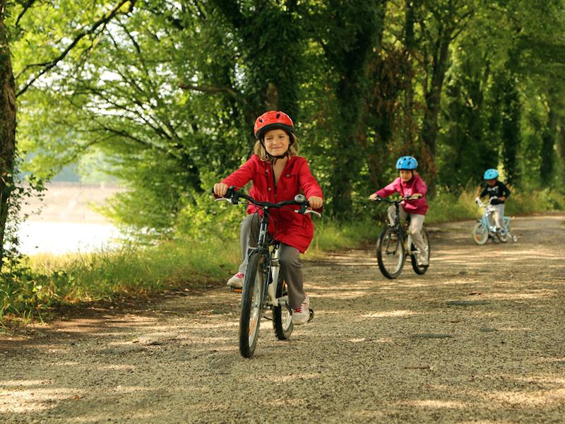 Enfants en balade à vélo cet été en colonie de vacances