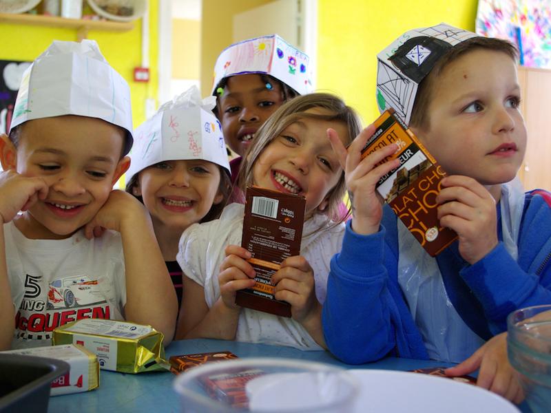 Groupe d'enfants de 5 ans faisant la cuisine en colo à la ferme