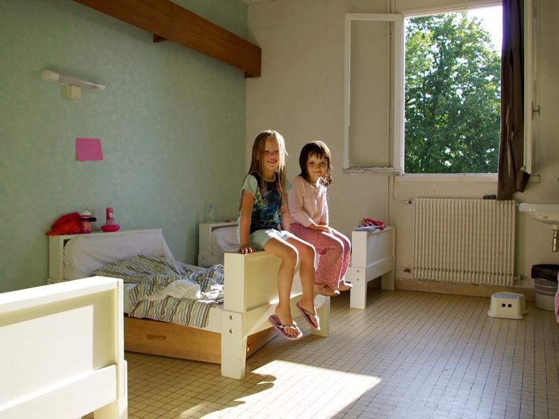deux fillettes dans leur chambre de colo à la ferme cet été