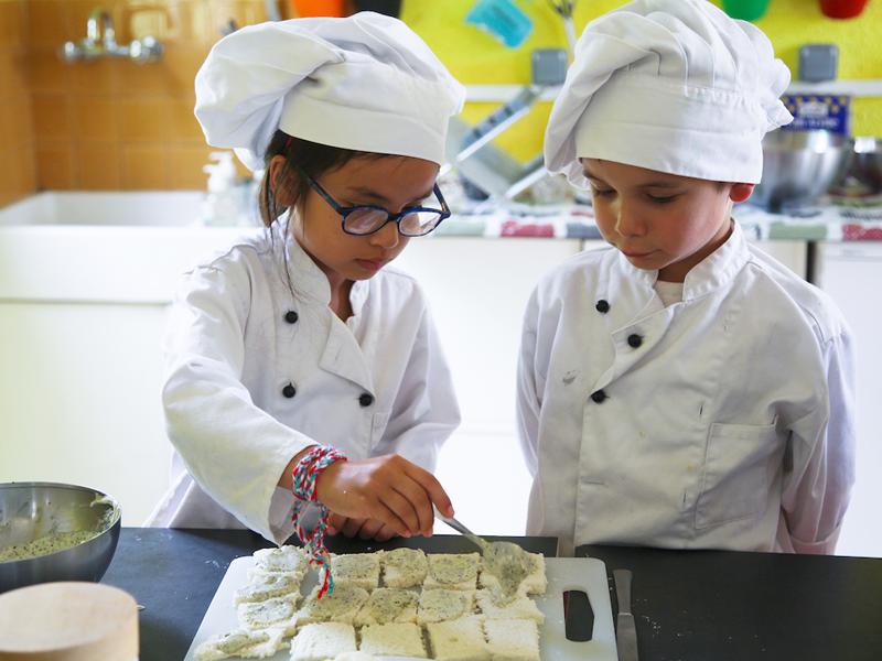 Enfants faisant la cuisine en colonie de vacances à la ferme