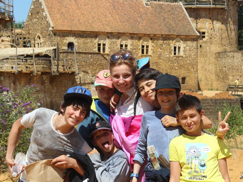 groupe d'enfants en colo visitant guédelon