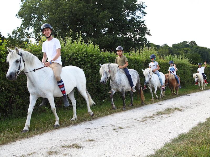 Groupe d'enfants à cheval en colo au chateau saint fargeau