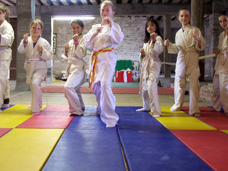 Enfants faisant du judo en colo comme au moyen age cet été