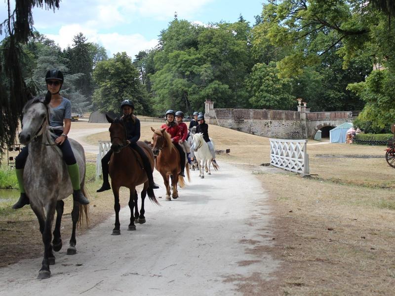 groupe d'enfants à cheval en colonie de vacances d'été comme au moyen age
