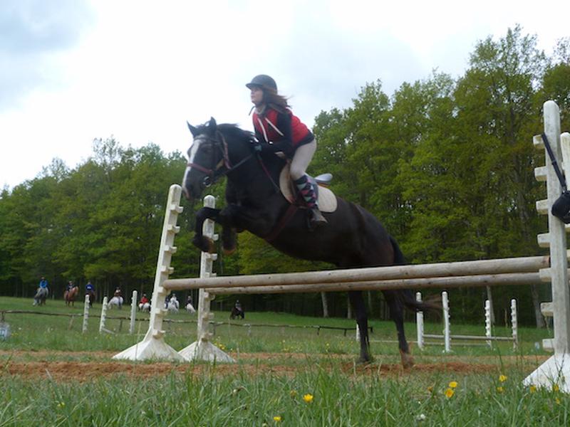 enfant pratiquant le saut à cheval en colo moyen age