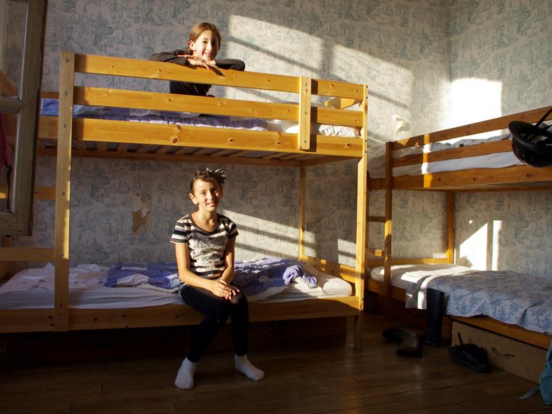 chambre de garçons en colonie de vacances cet été
