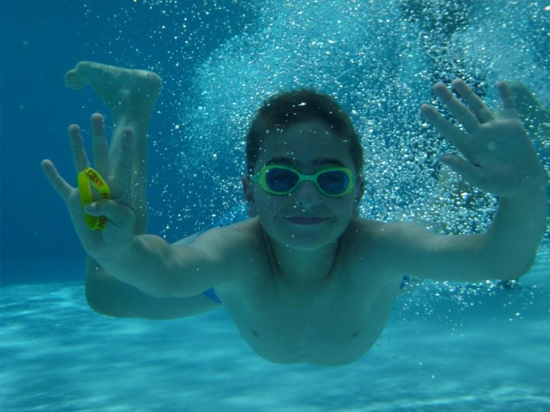 Enfant se baignant en colonie de vacances d'été
