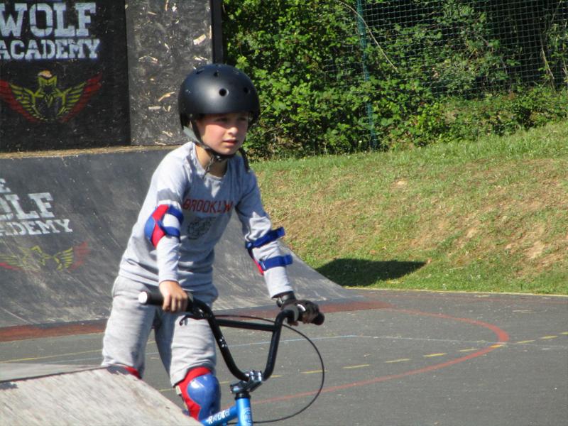 enfant faisant du bmx en colonie de vacances riders