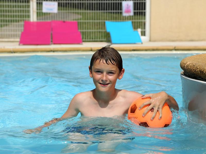 Enfant se baignant en colonie de vacances cet été