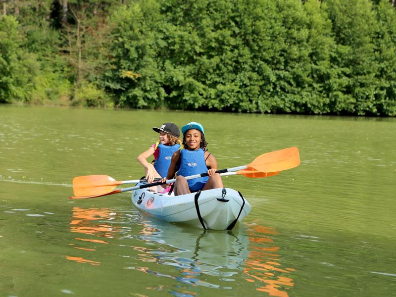 enfants en rando en canoe kayak en colonie de vacances cet été