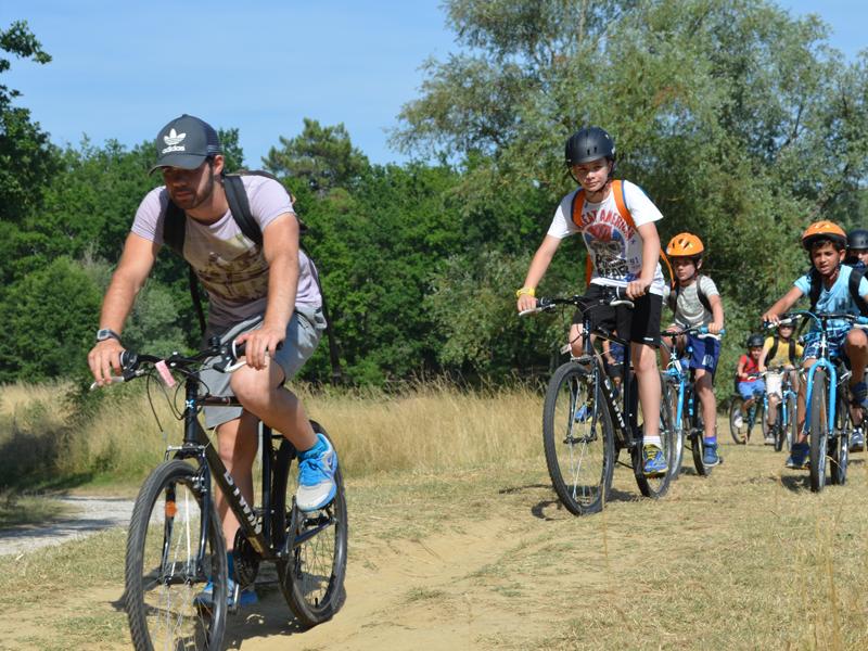 enfants en balade à vélo en colonie de vacances cet été