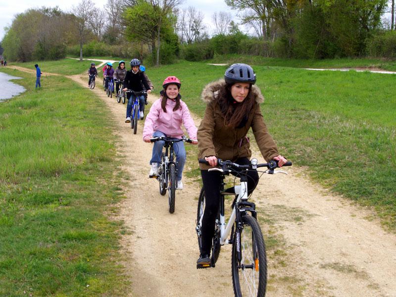 groupe d'enfants en colo faisant un randonnée à vélo