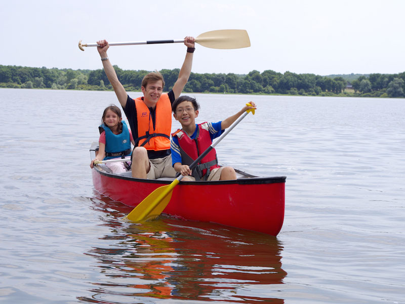 Enfants en bateau cet été en colonie de vacances