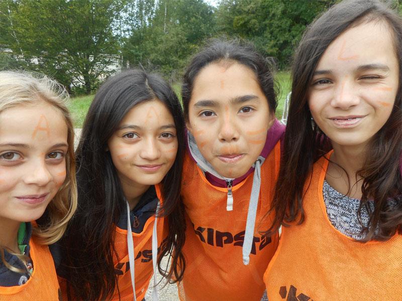 portrait de quatre jeunes filles cet été en colonie de vacances