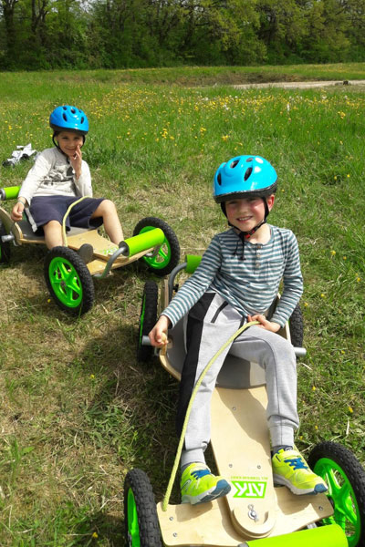 Enfants faisant de la luge d'été en colo
