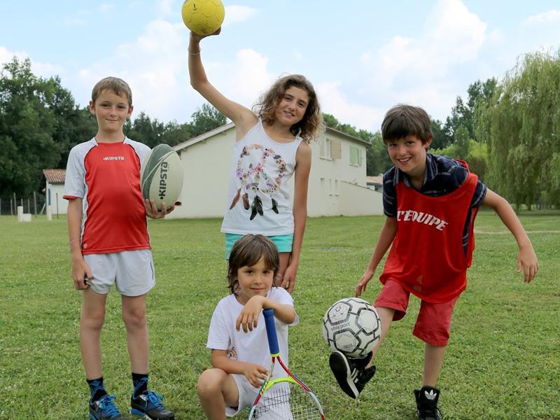Enfants pratiquant des activités sportives en colo