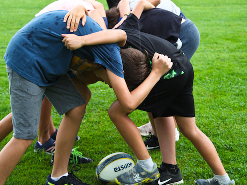 Enfants jouant au rugby en colo sportive cet été