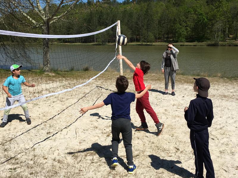 Enfants jouant au volley en colonie de vacances cet été