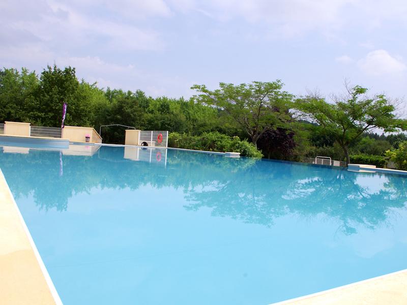 Vue sur la piscine de colonie de vacances d'été