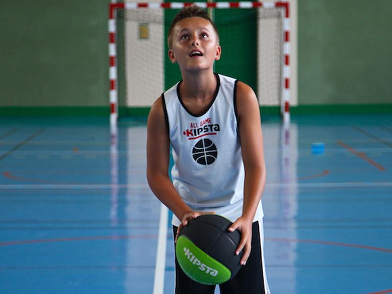 enfant pratiquant des activités sportives en colo sportive cet été