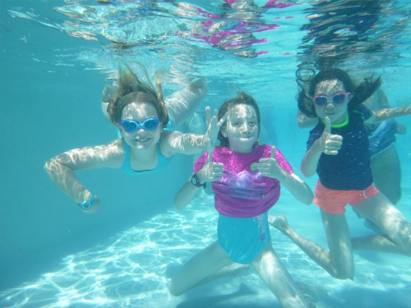 enfants pratiquant la natation cet été en colonie de vacances sportive