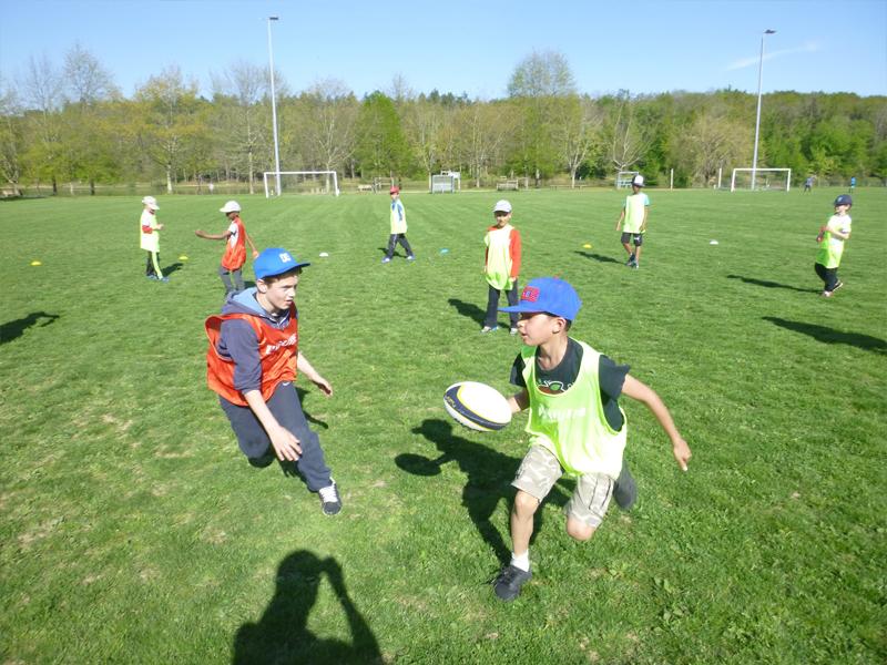 Enfants pratiquant les sports collectifs en colonie de vacances sportive été