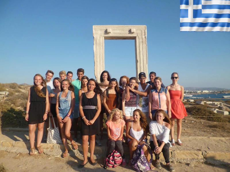 Groupe d'adoelscents participant à une colonie de vacances itinérante en Grèce cet été