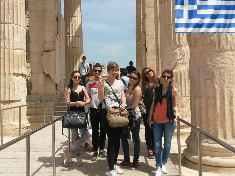 groupe d'ados visitant athènes en colonie de vacances en Grèce