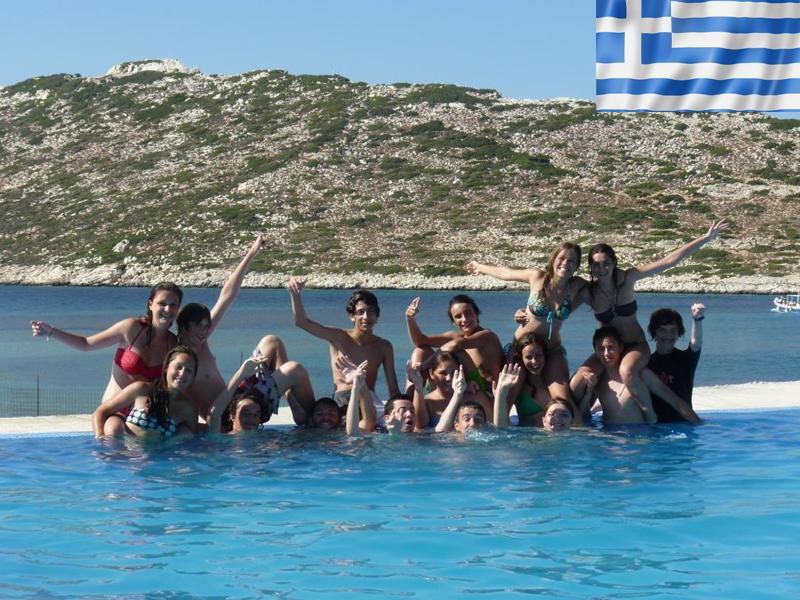 groupe d'adolescents en colonie de vacances en grèce en train de se baigner