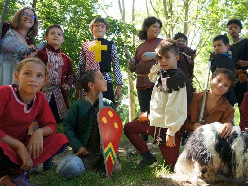 Groupe d'enfants déguisés en colonie d evacances d'été