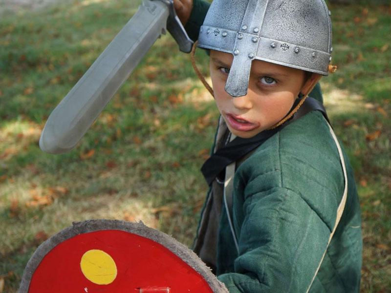 Portrait d'un enfant déguisé en chevalier en colonie de vacances jeux été