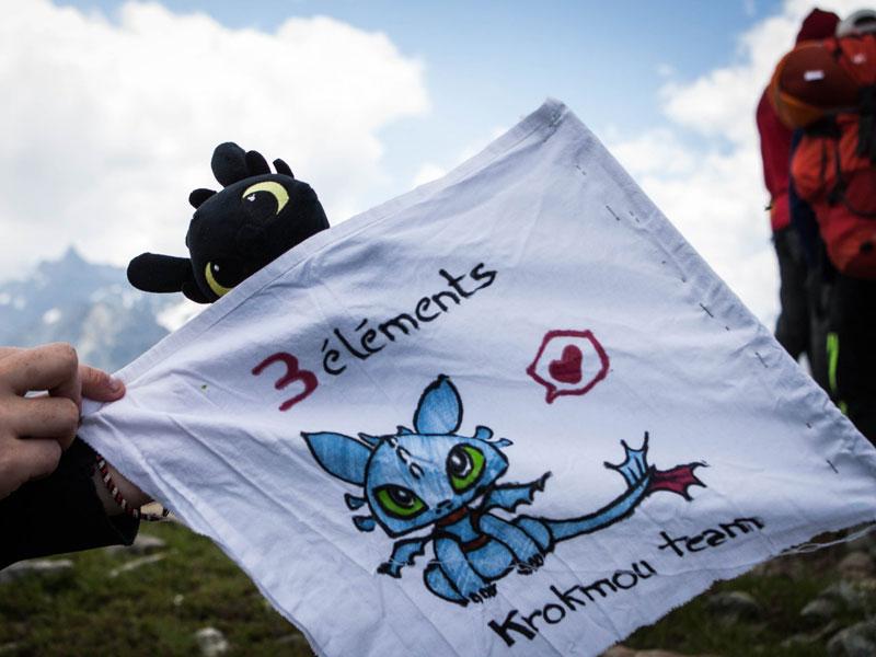 drapeau du groupe d'ados à la montagne