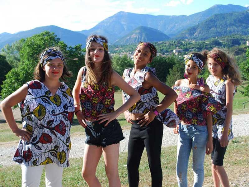 Groupe de jeunes filles avec accessoires de mode en colonie de vacances cet été