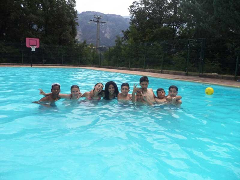 groupe d'ados se baignant en colo cet été