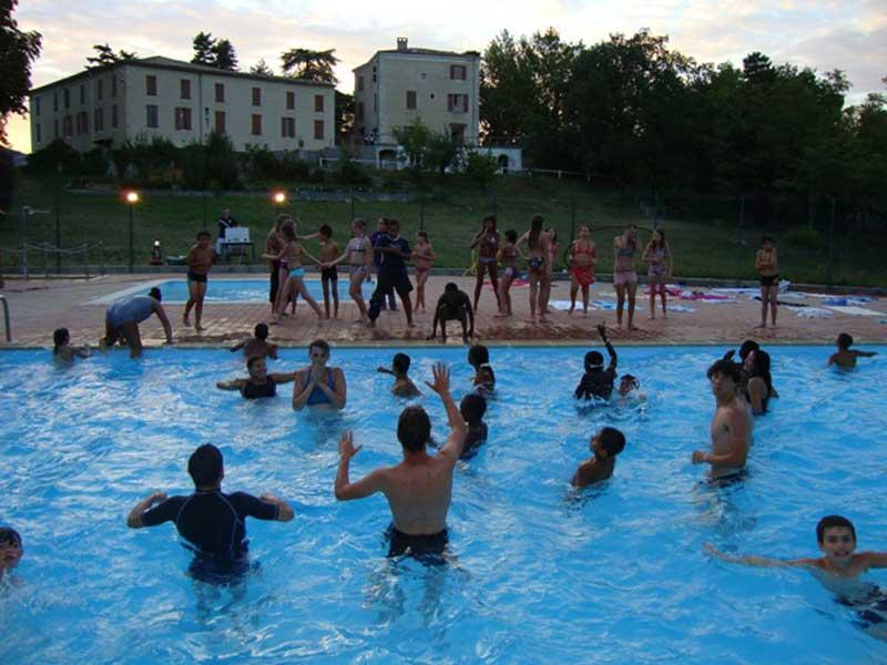 Les jeunes de la colonie de vacances s'amusent dans la piscine du centre