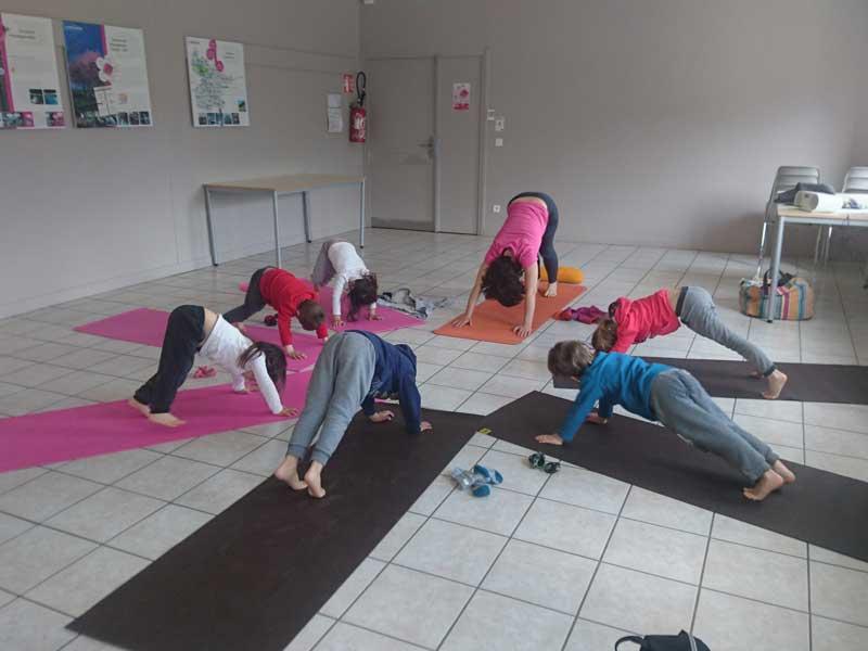 Activité yoga de la colonie de vacances en été