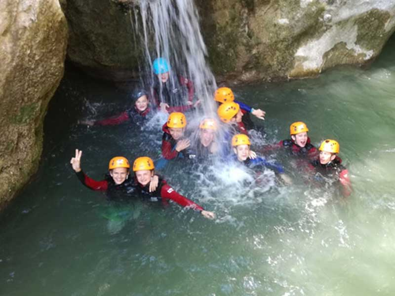 groupe d'enfants faisant du canyoning en colo cet été