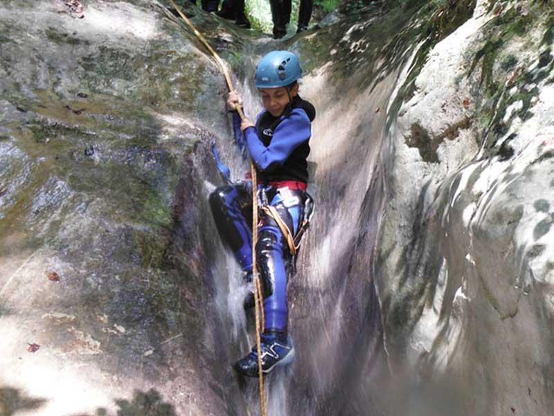 ado faisant du canyoning en colo cet été