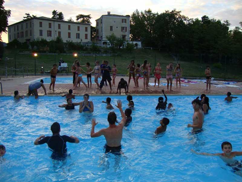 groupe d'enfants en colo à la piscine
