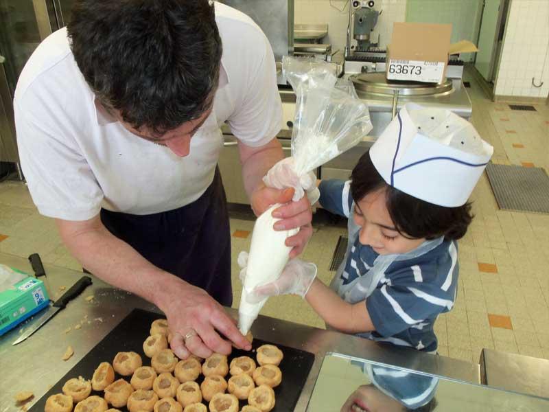 Un enfant en train de fourrer des choux en colonie de vacances
